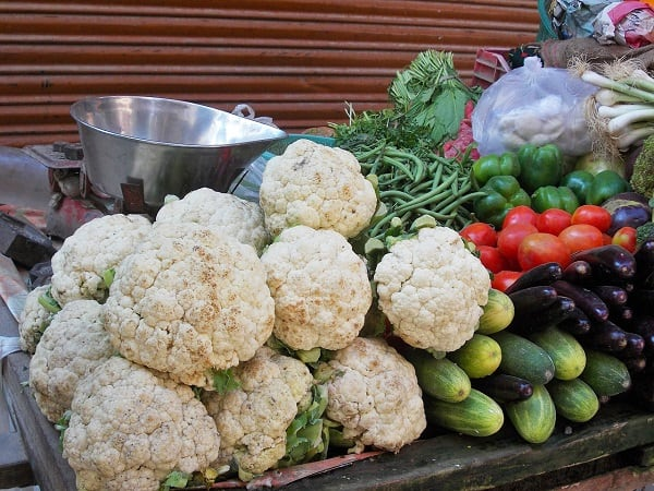 Have you ever wondered if a CSA a the farmers market is the better deal for fresh fruits & vegetables? Get a cost breakdown of two CSA's versus 2 local farmers markets and see which is more affordable - you might be surprised at the answer! :: DontWastetheCrumbs.com
