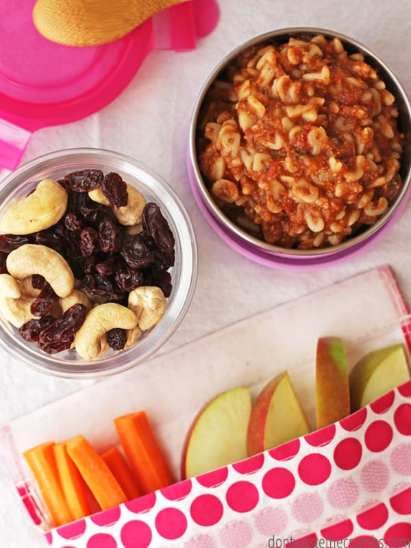 Packing school lunch is hard! These 18 hacks & tricks for packing a healthy school lunch are a huge help, especially for a parent new to the whole school lunch thing. These 18 tips are awesome- a must read for all busy parents! :: DontWastetheCrumbs.com