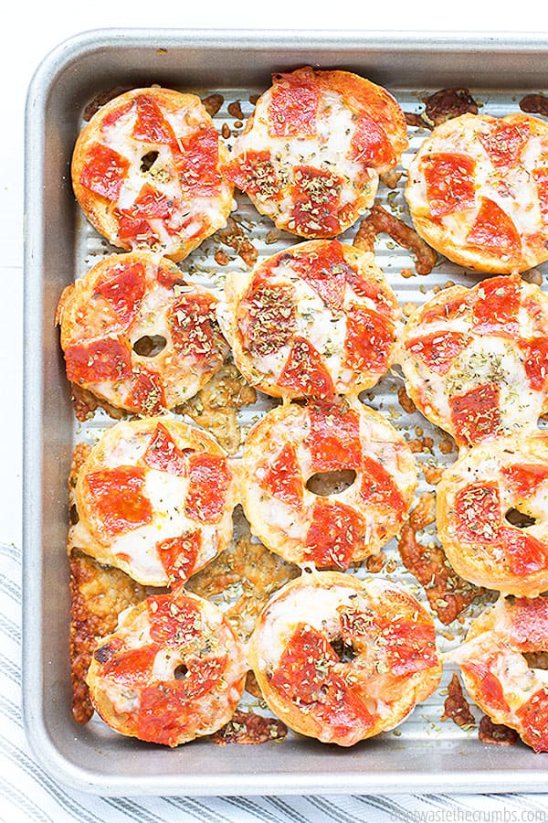 These easy and healthy pizza bagel bites are just what you're looking for! It's better than store bought and it's only 5 ingredients!