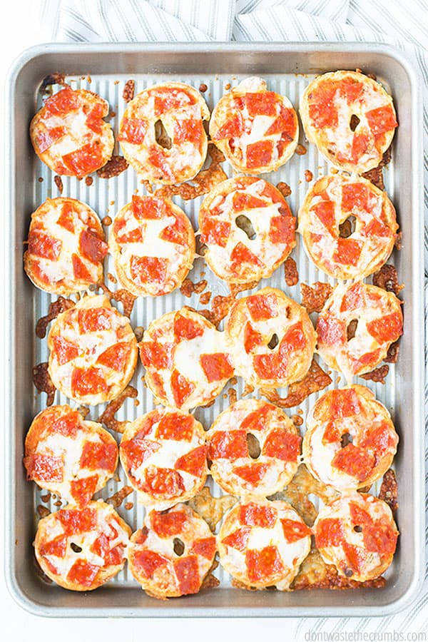 These 5-ingredient easy pizza bagel bites are perfectly baked with pepperoni, and melted cheese! YUM!